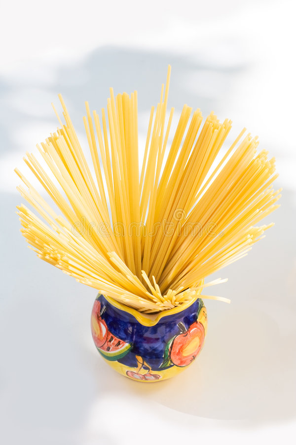 Spaghetti in una brocca fotografia stock