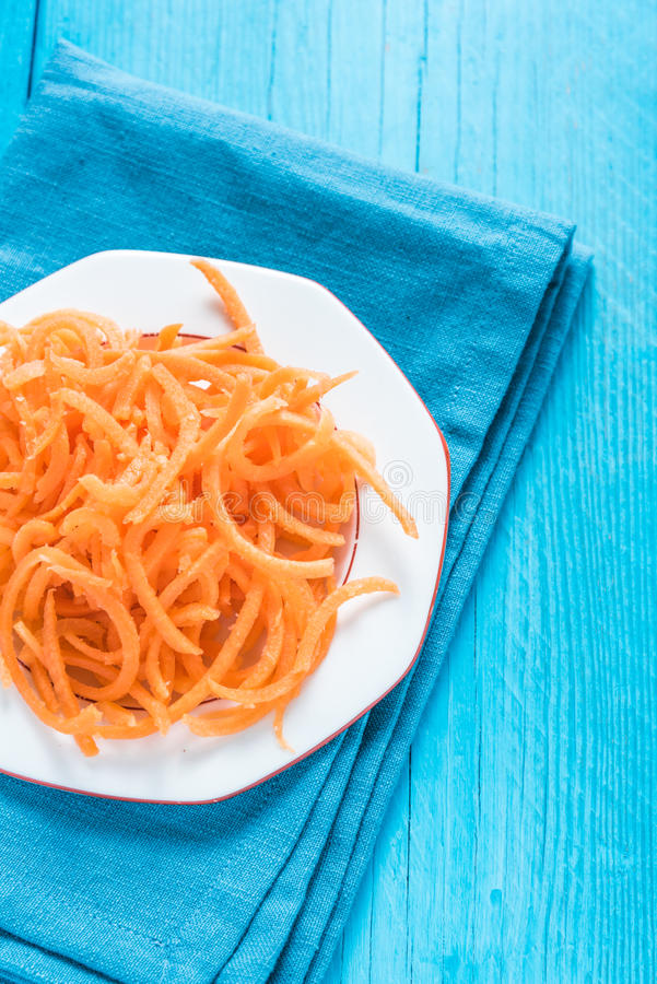 Spaghetti végétariens et sains de carotte photographie stock