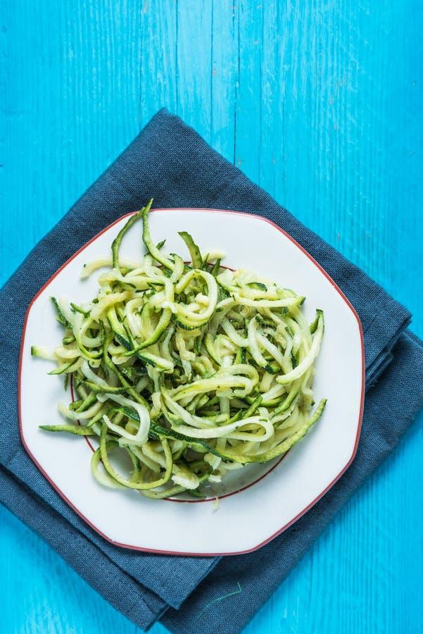 Spaghetti végétariens et sains de courgette photo libre de droits