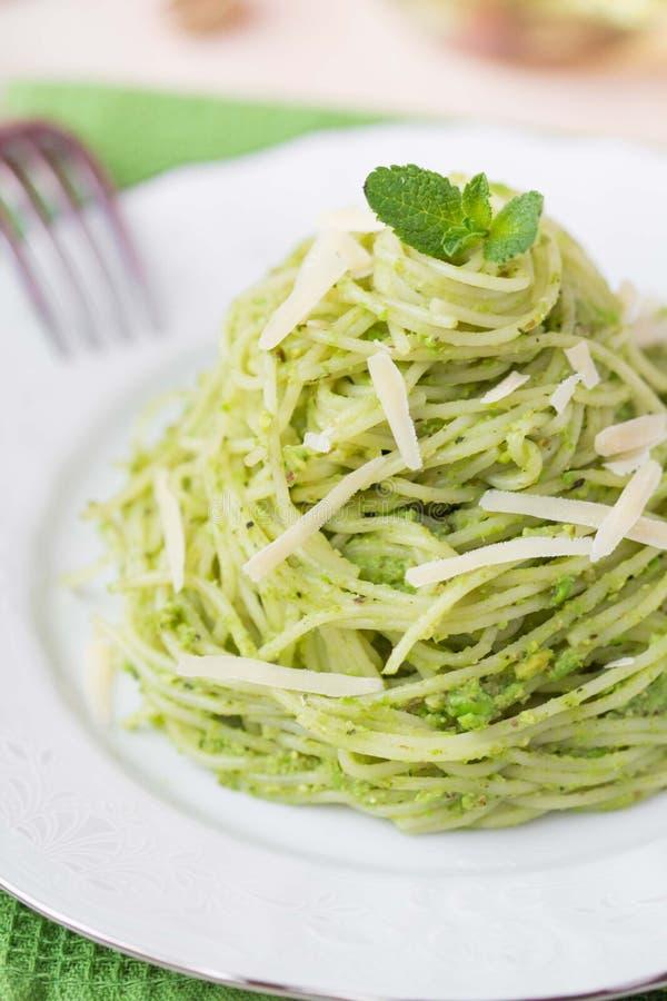 Spaghetti verdi italiani con i piselli di pesto, menta della pasta fotografia stock