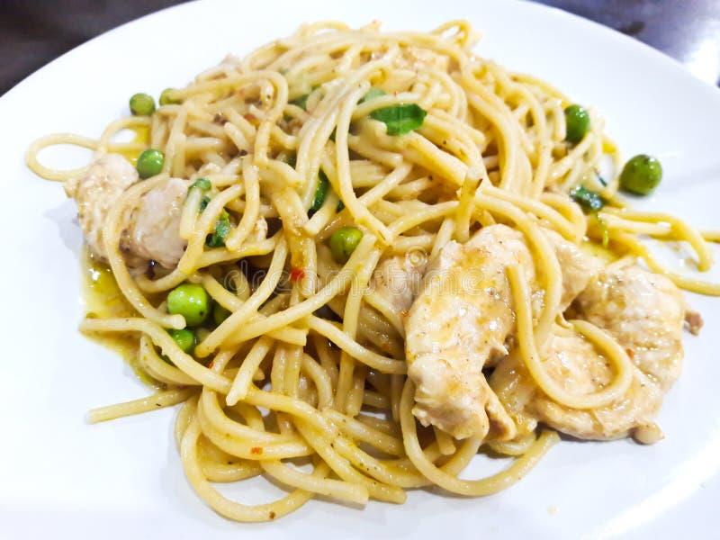 Spaghetti verts de cari avec le poulet photographie stock libre de droits