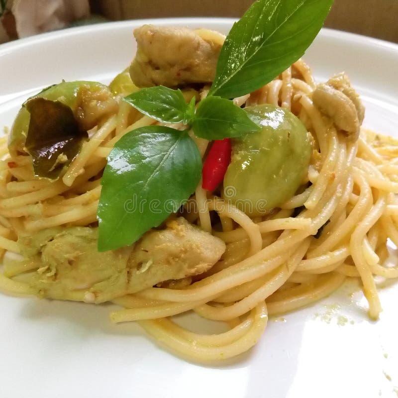 Spaghetti verts de cari de poulet photos libres de droits
