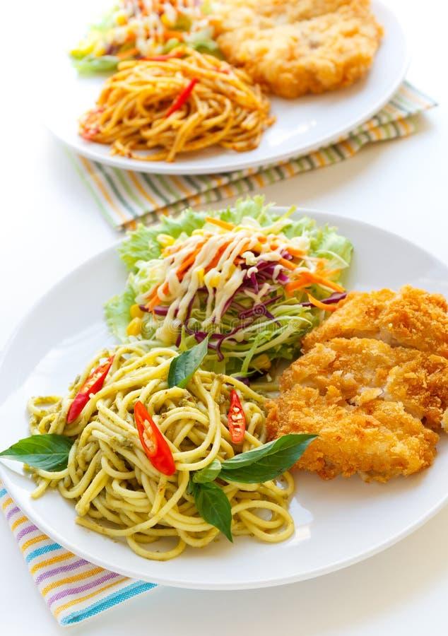 Spaghetti verts thaïlandais de cari avec le poulet frit images stock