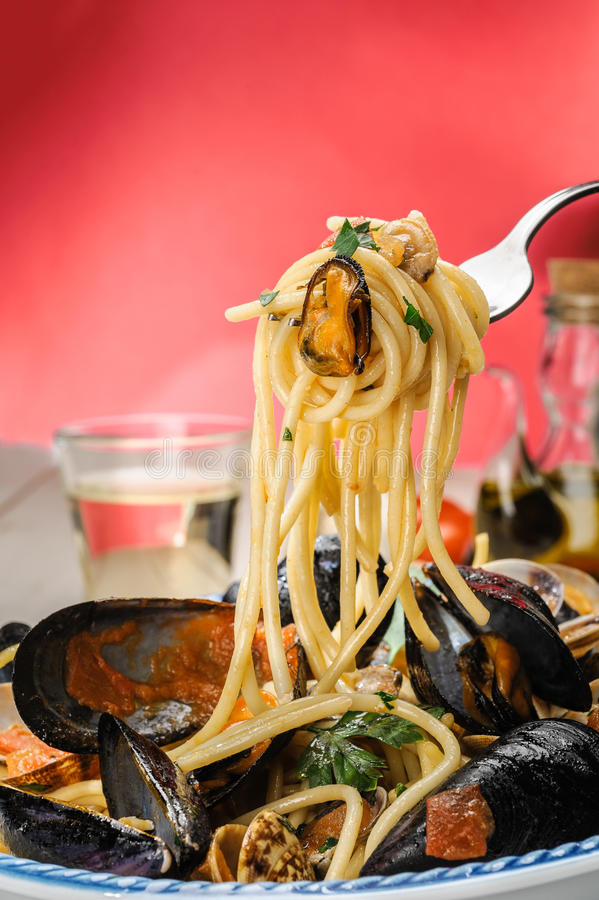 Free Spaghetti With Mussels And Clams Royalty Free Stock Photos - 25879048