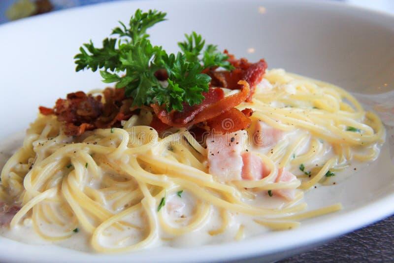 Spaghetti z białym kremowym kumberlandem i bekonem smażącymi zdjęcie stock