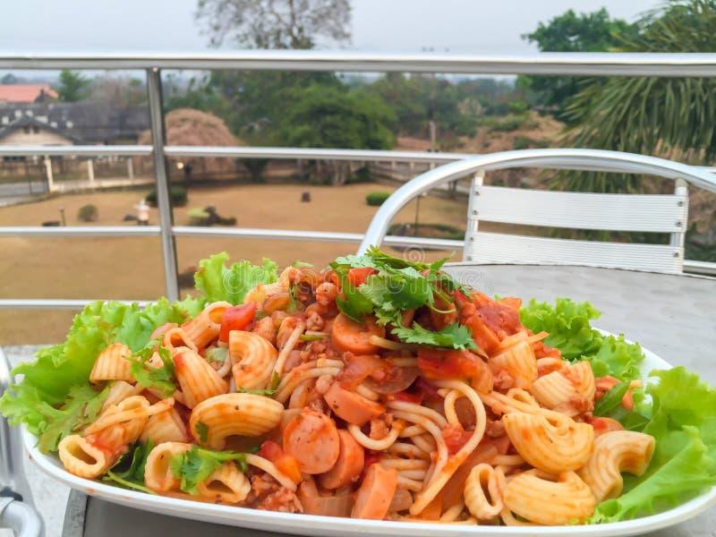 Spaghetti z klopsikiem i kiełbasą zdjęcie royalty free