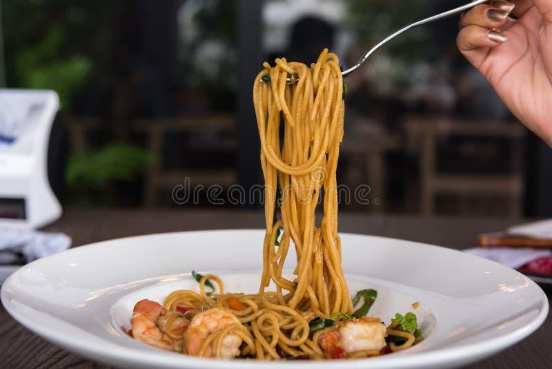 Spaghetti z korzenną krewetką w białym naczyniu zdjęcie royalty free