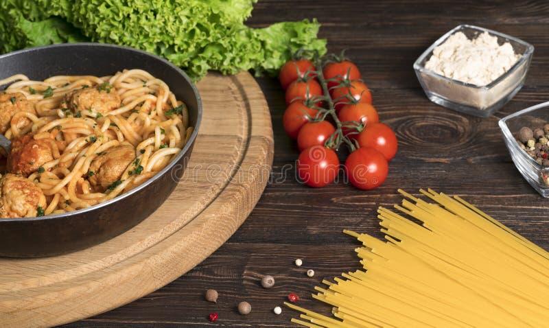 Spaghetti z mi?sem i pomidorami na drewnianym tle zdjęcia royalty free