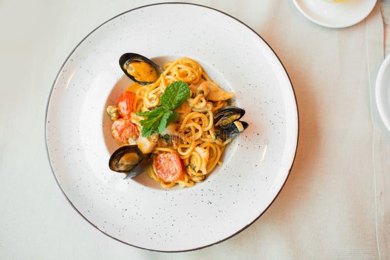 Spaghetti z mussels owoce morza Soba kluski z garnelami i warzywami azjatykci jedzenie Makaron z owoce morza w pomidorowym kumber obrazy stock