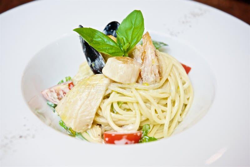 Spaghetti z owoce morza i pomidorami zdjęcie royalty free