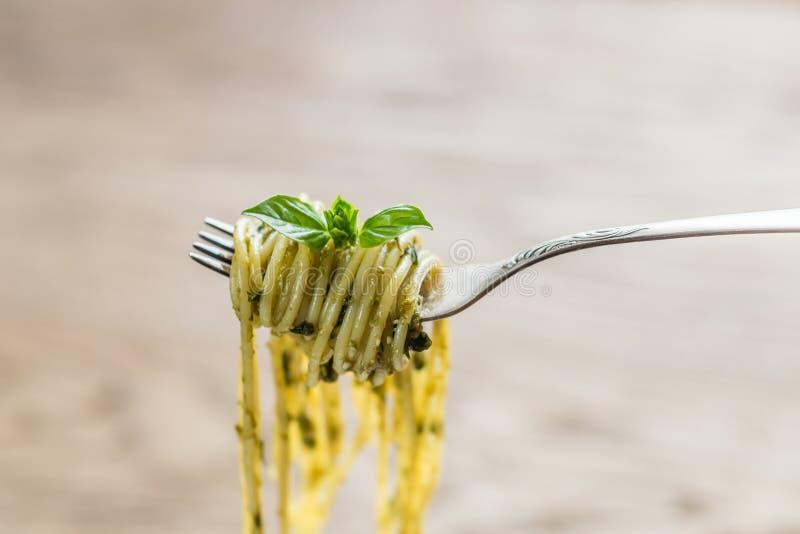 Spaghetti z pesto kumberlandem i basil leaf na rozwidleniu zdjęcie royalty free