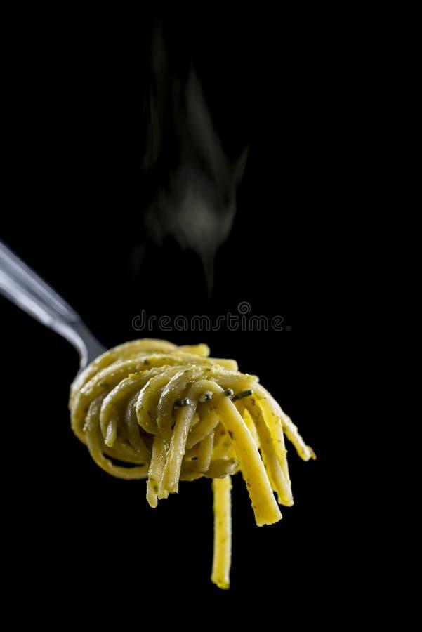Spaghetti z pesto na rozwidleniu i zdjęcie stock