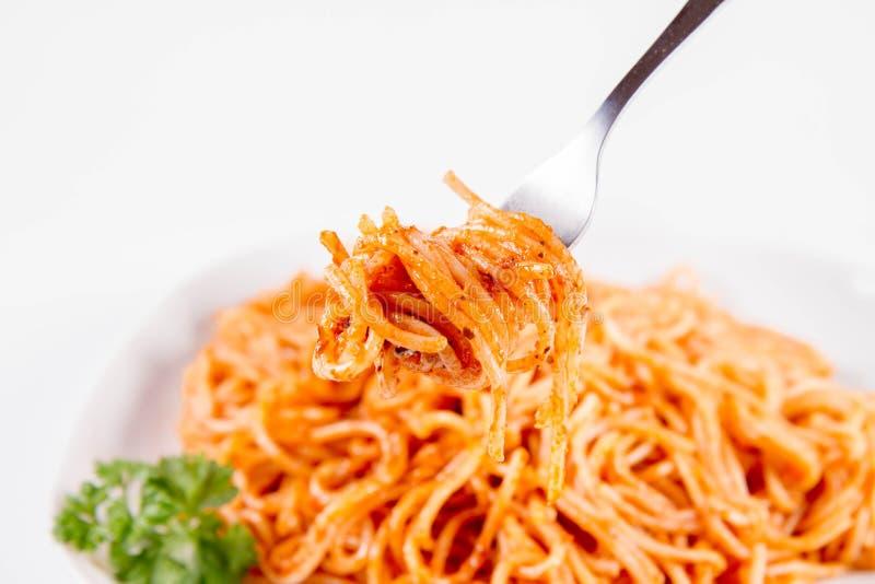 Spaghetti z pesto rosso jedzącym z rozwidleniem obraz stock