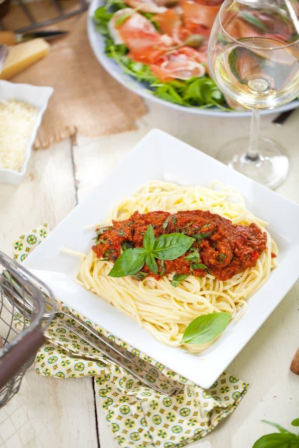 Spaghettiabendessen mit Fleischsoße und Basilikumabschluß herauf Bewohner von Bolognese stockbilder