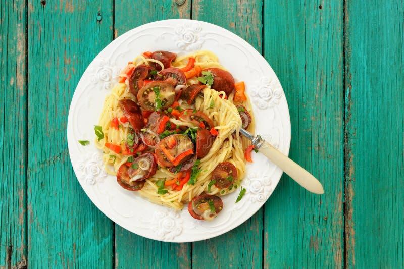Spaghettial Pomodoro in der weißen Platte mit Gabel auf hölzernem turquoi stockbild