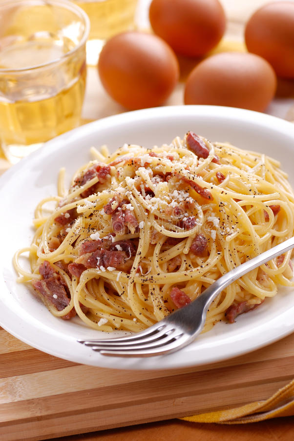 Spaghetticarbonara in een witte schotel royalty-vrije stock foto's