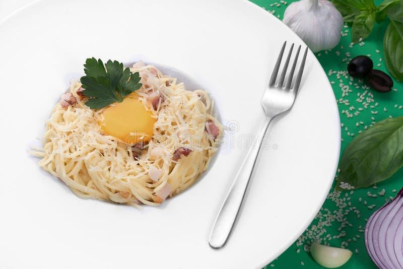 Spaghetticarbonara met ei op witte plaat Beroemde Italiaanse nationale maaltijd stock afbeeldingen