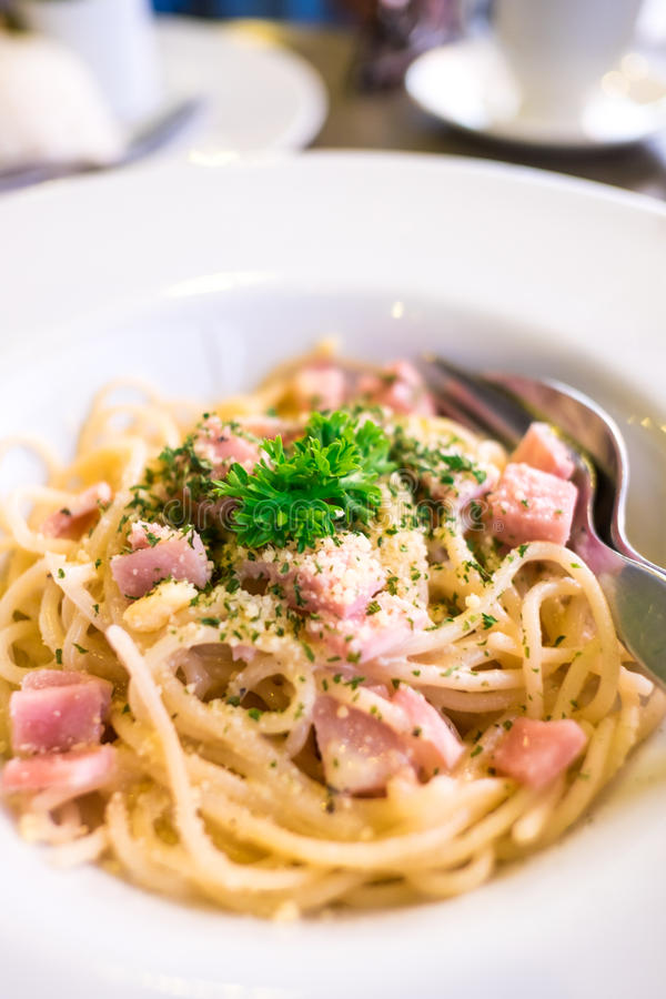 Spaghetticarbonara (met ham) op witte plaat stock foto