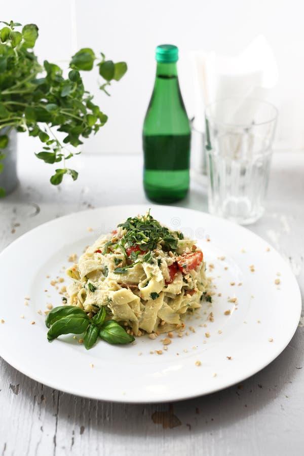 Spaghettideegwaren met bloemkool en spinazie Schotel op een witte plaat stock foto's