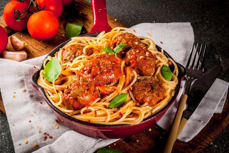 Spaghettideegwaren met vleesballetjes stock afbeelding