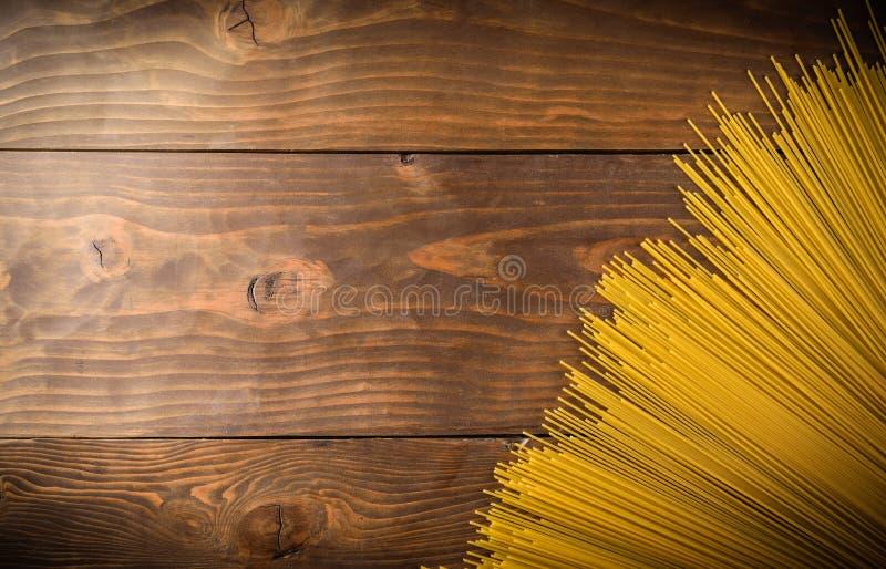 Download Spaghettii Sur La Vue Supérieure De Fond En Bois Photo stock - Image du closeup, espace: 87703848