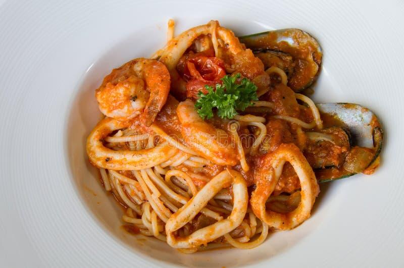 SpaghettiMeeresfrüchte auf weißer Platte lizenzfreie stockbilder
