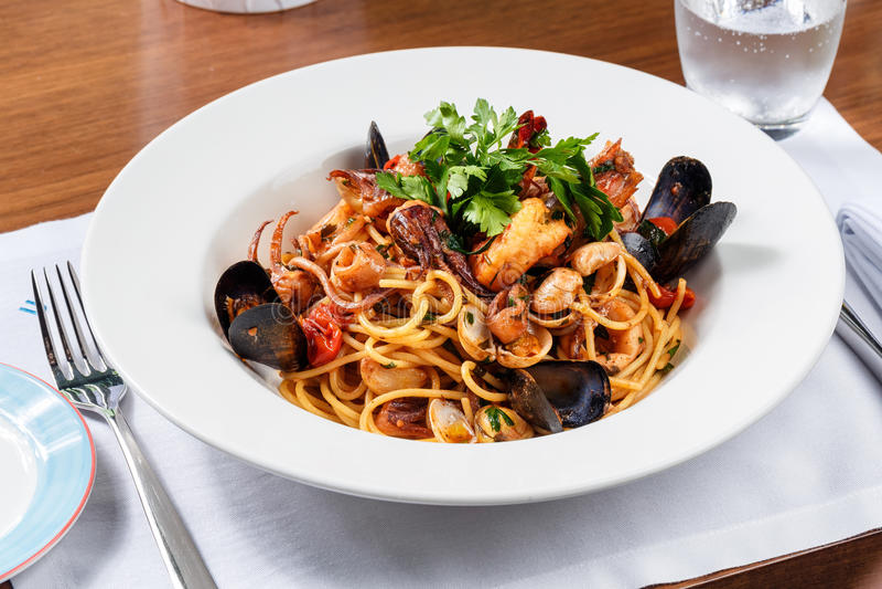 SpaghettiMeeresfrüchte auf weißer Platte stockbilder
