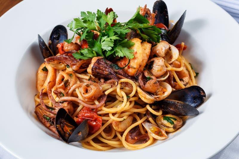 SpaghettiMeeresfrüchte auf weißer Platte stockfotografie