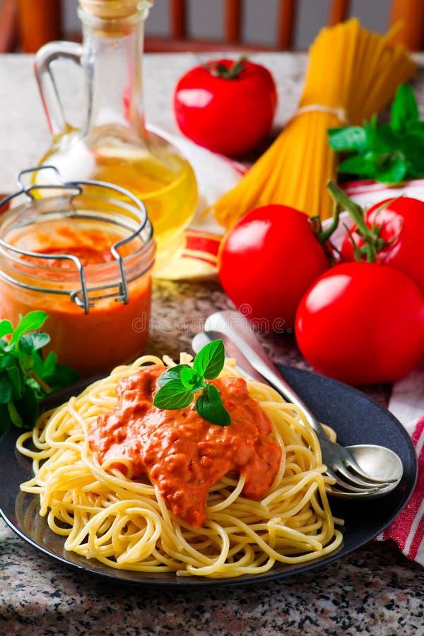 Spaghettini mit Rosig-roter Soße stockfotografie