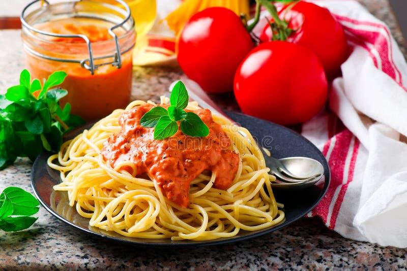 Spaghettini mit Rosig-roter Soße lizenzfreies stockbild