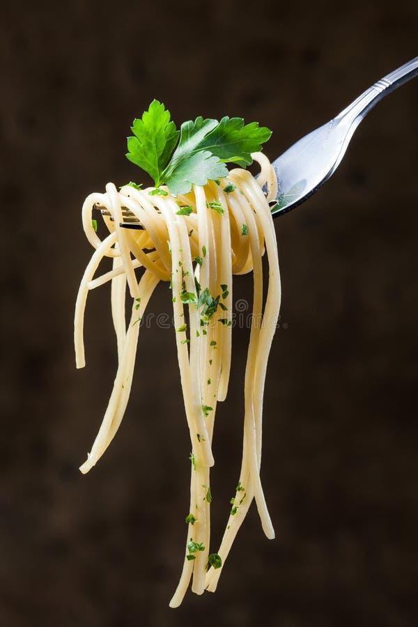 Spaghettis auf einer Gabel lizenzfreies stockfoto
