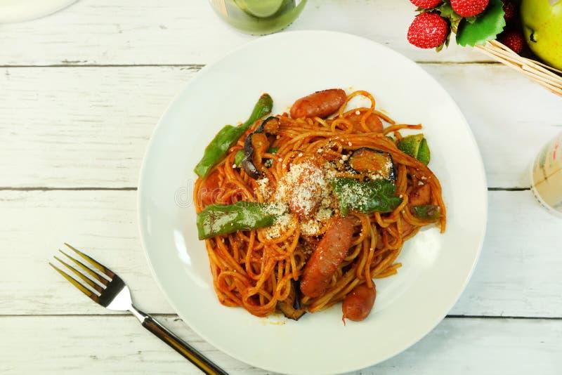 Spaghettis der Tomatenquelle stockbilder
