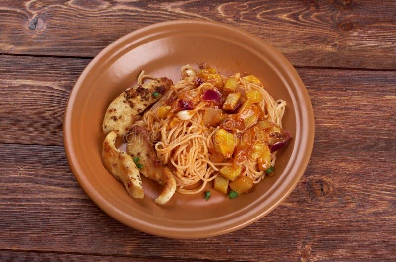 Spaghettis, Hühnerleistenzucchini lizenzfreie stockbilder