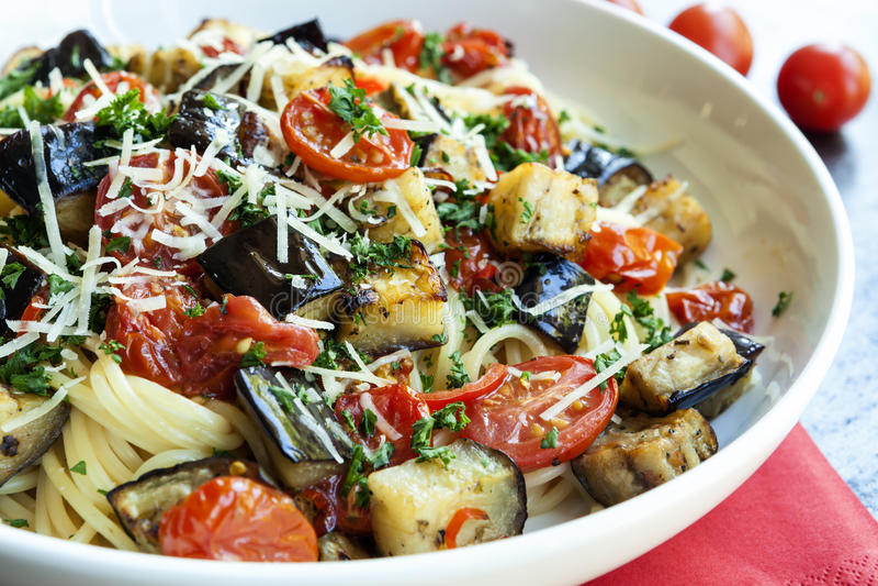 Spaghettis mit Aubergine und Cherry Tomatoes stockfoto