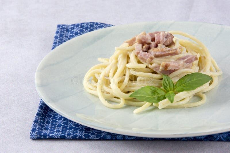 Spaghettis mit carbonara Soße lizenzfreie stockbilder