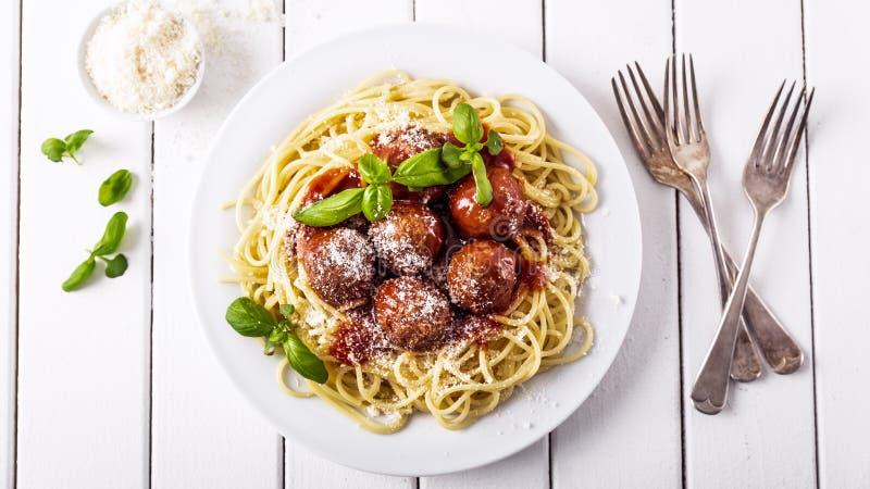 Spaghettis mit Fleischball-Tomatensauce stockfoto