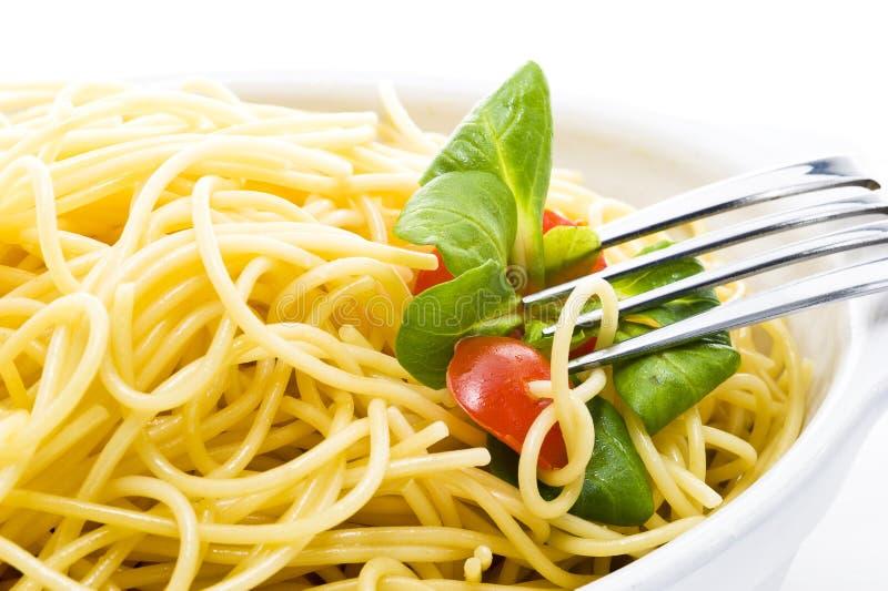 Spaghettis mit frischer Tomate lizenzfreie stockfotografie