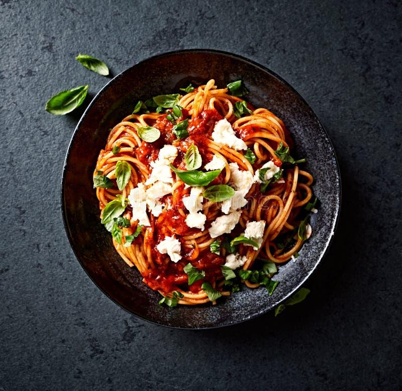 Spaghettis mit frischer Tomatensauce, Mozzarella und Basilikum lizenzfreie stockfotografie