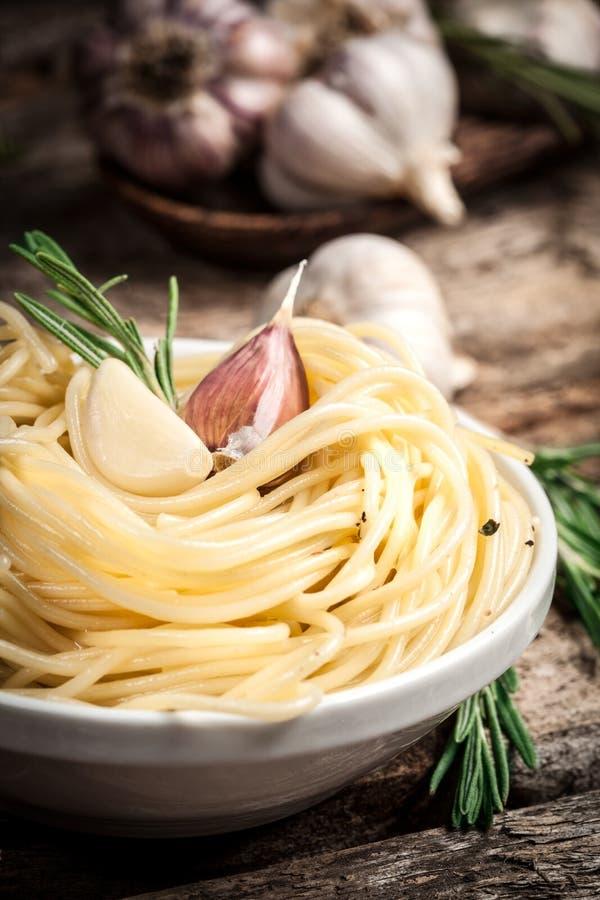 Spaghettis mit Knoblauch und Rosmarin. Organischer foodSpaghetti Whit lizenzfreie stockfotografie
