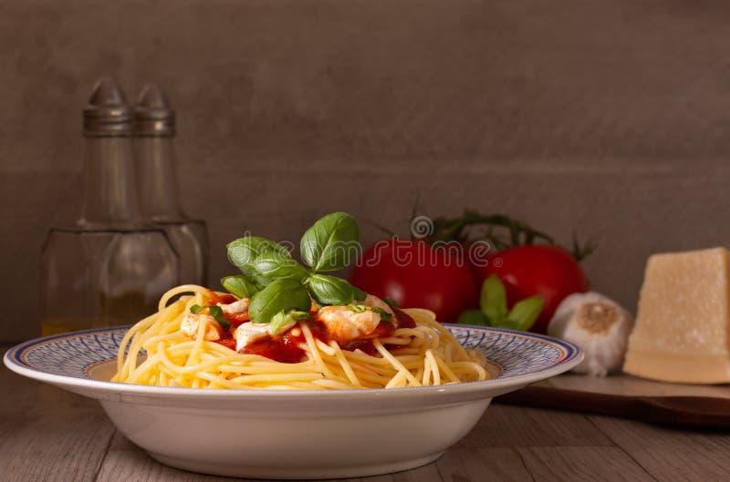 Spaghettis mit Mozzarella und Tomatensauce stockfoto