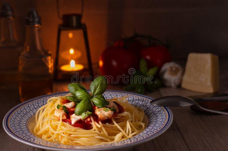 Spaghettis mit Mozzarella und Tomatensauce lizenzfreie stockbilder