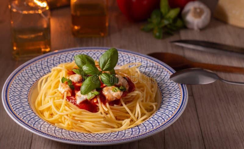 Spaghettis mit Mozzarella und Tomatensauce lizenzfreies stockbild