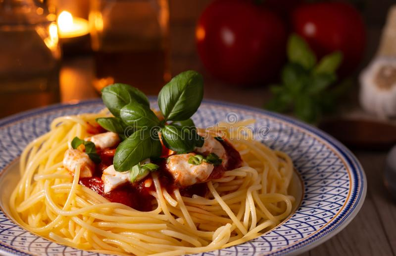 Spaghettis mit Mozzarella und Tomatensauce stockbilder