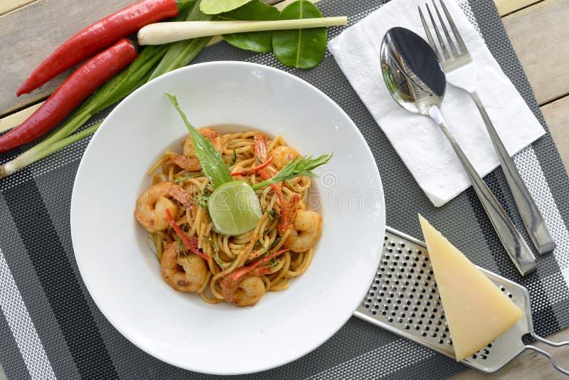Spaghettis mit Sahne Tom Yam Goong stockfotografie