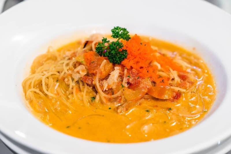 Spaghettis mit sahniger Krabbensoße stockfoto