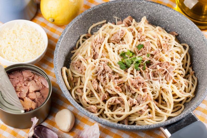 Spaghettis mit Thunfisch stockbild