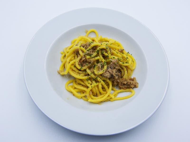 Spaghettis mit Thunfisch auf wei?em Hintergrund, italienische Nahrung lizenzfreie stockbilder