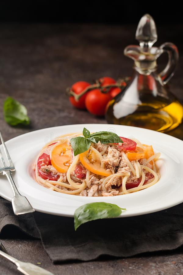 Spaghettis mit Thunfisch und Tomaten stockfoto