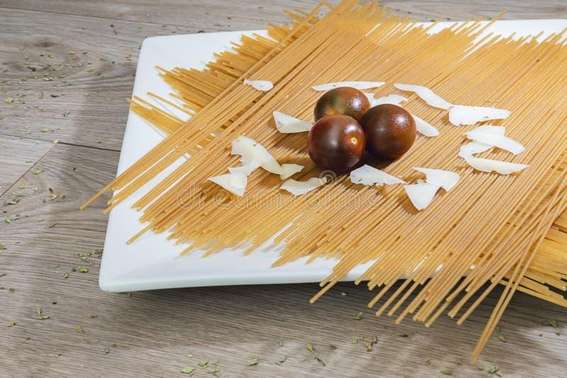Spaghettis mit Tomate und Käse lizenzfreies stockbild