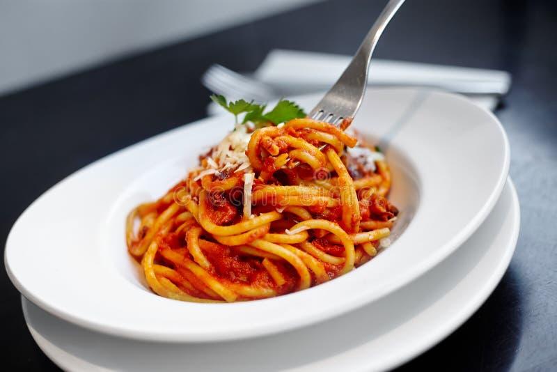 Spaghettis mit Tomatensauce stockbilder
